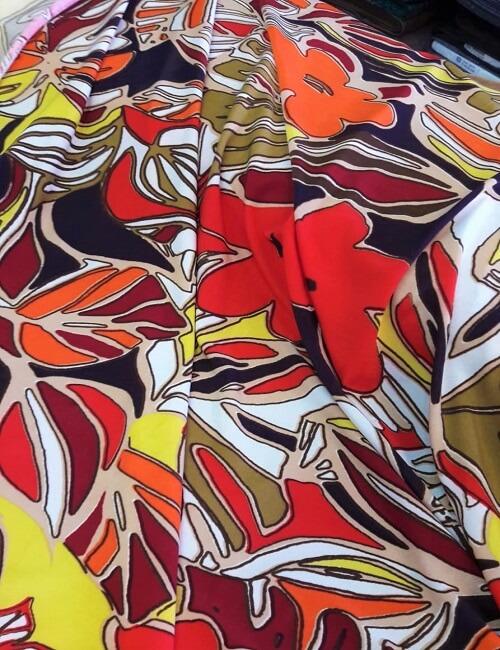 maglina fantasia fiori stilizzati sul rosso scuro